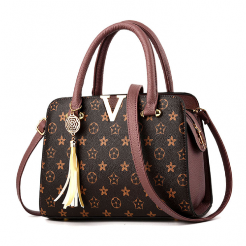 The new fashion handbag goes hand in hand with a woman's bag, which is cross-slung over one shoulder